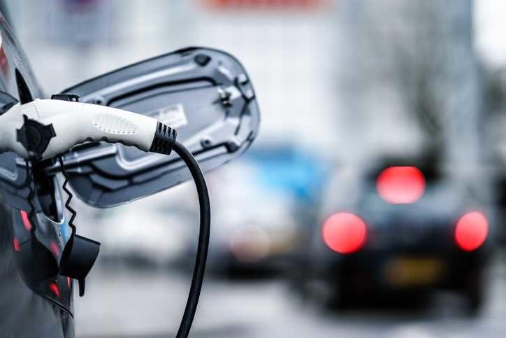 Le véhicule électrique est en train de changer dans la rue.